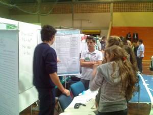 Alunos apresentando o trabalho na I Feira Nacional de Matemática, 2010